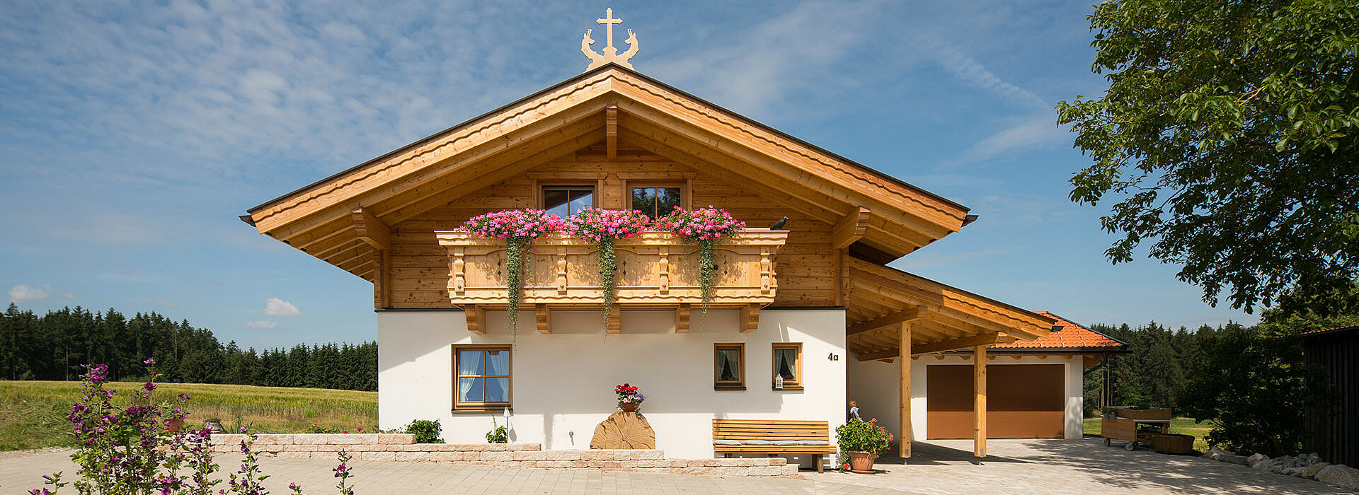 Holzhaus Kombination aus Riegelbauweise und Blockbauweise