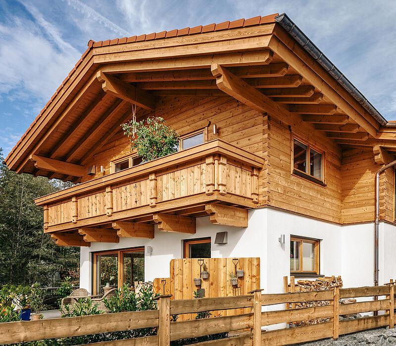 Tiroler kombihaus riegel block hauskombination bauen for Traditionelles tiroler haus